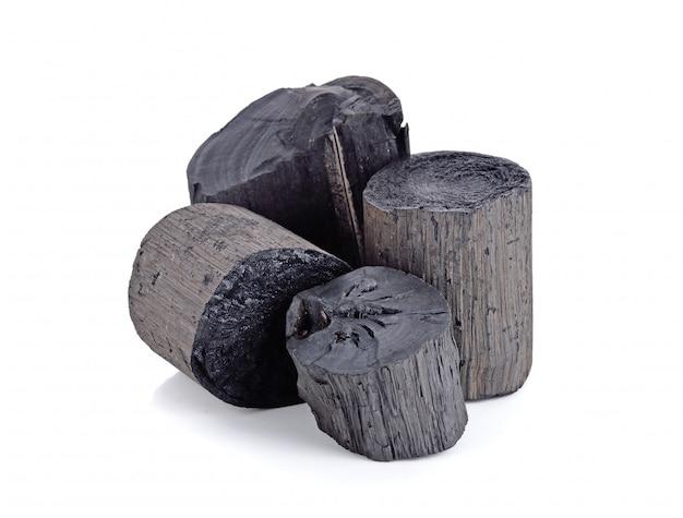 Natuurlijke hout zwarte houtskool op wit wordt geïsoleerd Premium Foto