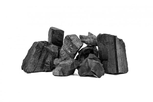 Natuurlijke houten houtskool of traditionele hardhoutskool die op wit wordt geïsoleerd Premium Foto