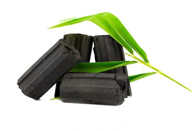 Natuurlijke houtskool, bamboe-houtskoolpoeder heeft geneeskrachtige eigenschappen met traditionele houtskool. Premium Foto