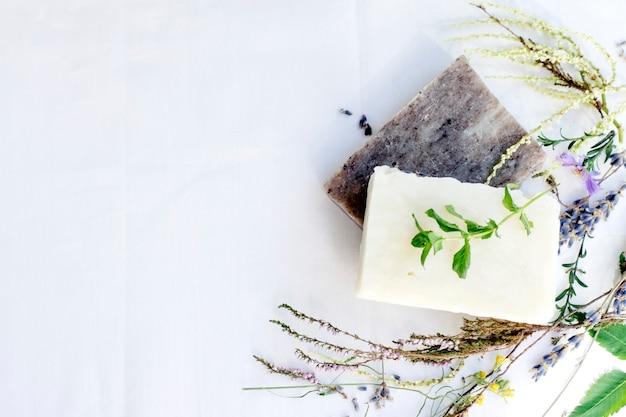 Natuurlijke huidverzorging zeep op een witte achtergrond, bovenaanzicht, kopie ruimte Premium Foto