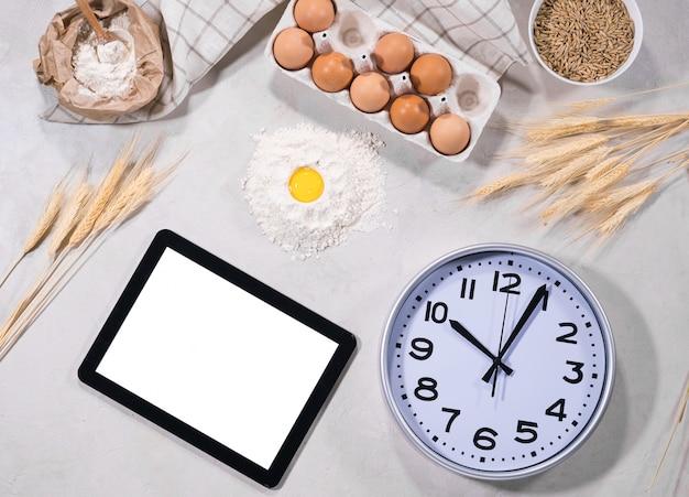 Natuurlijke ingrediënten voor het bakken met tablet Premium Foto