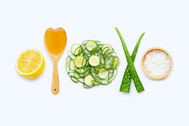 Natuurlijke ingrediënten voor zelfgemaakte huidverzorging op wit. Premium Foto