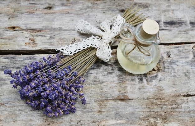 Natuurlijke ingrediënten voor zelfgemaakte lichaam lavendel zout scrub zeep olie schoonheid concept Premium Foto