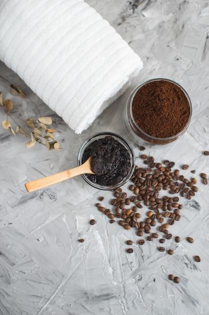 Natuurlijke ingrediënten voor zelfgemaakte lichaamskoffie sugar scrub beauty spa concept lichaamsverzorging Premium Foto