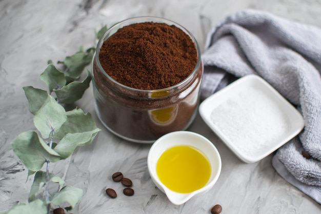 Natuurlijke ingrediënten voor zelfgemaakte lichaamskoffie suiker zout scrub olie beauty spa concept lichaamsverzorging Premium Foto