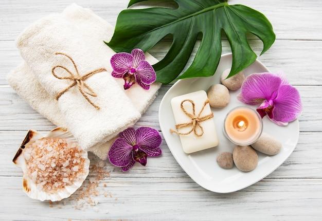 Natuurlijke kuuroordingrediënten met orchideebloemen Premium Foto