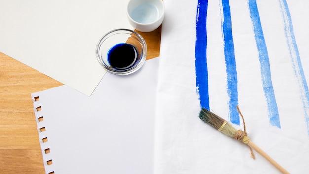 Natuurlijke kwast en blauwe inkt Premium Foto