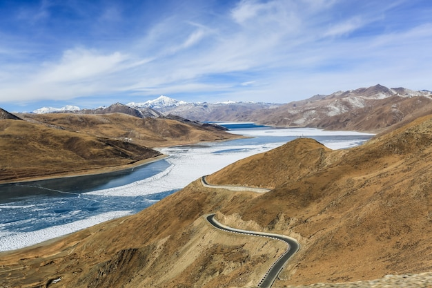 Natuurlijke landschap tussen de bergen Gratis Foto