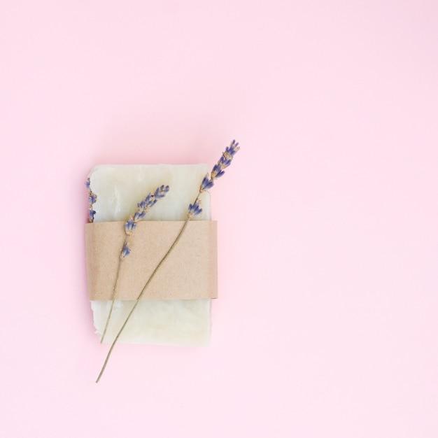 Natuurlijke lavendelzeep in een verpakking, bovenaanzicht Premium Foto