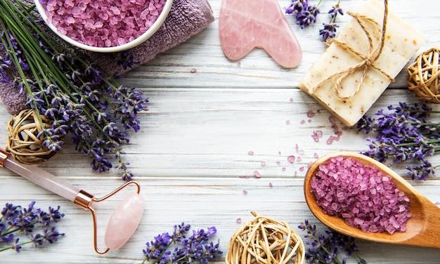 Natuurlijke organische spa-cosmetica met lavendel. plat lag badzout, kuuroordproducten en lavendelbloemen op houten achtergrond. huidverzorging, schoonheidsbehandeling concept Premium Foto