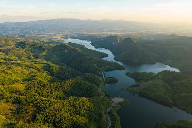 Natuurlijke reservoirdam in de vallei in de luchtmening van thailand van hommel Premium Foto