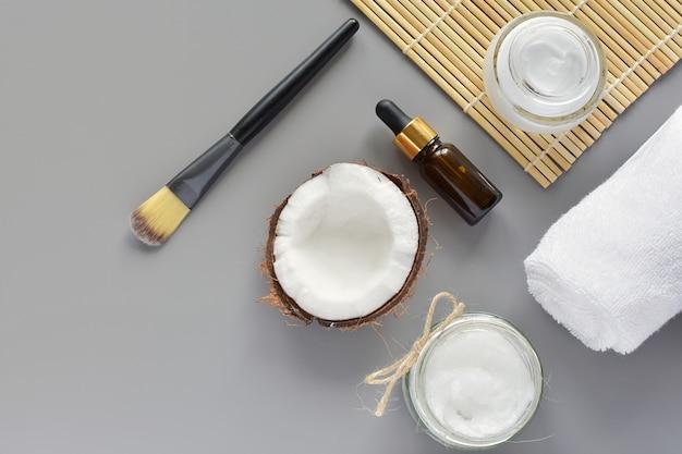 Natuurlijke schoonheid, huidverzorgingsproducten, cosmetische kokosolie, bodylotion, moderne platte lag. Premium Foto