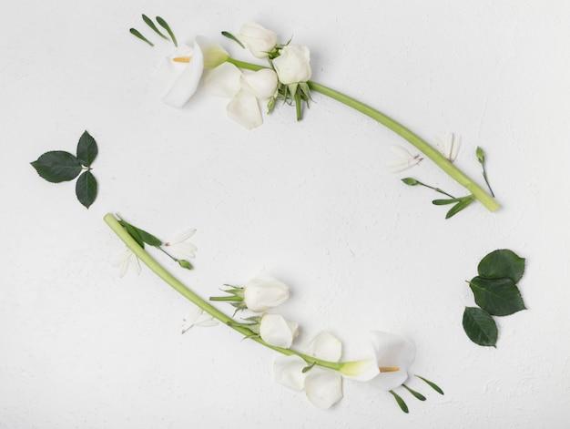 Natuurlijke witte calla lelie en roze bloemen frame bovenaanzicht Gratis Foto
