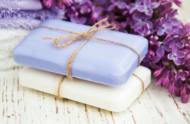 Natuurlijke zeep en lila bloemen Premium Foto
