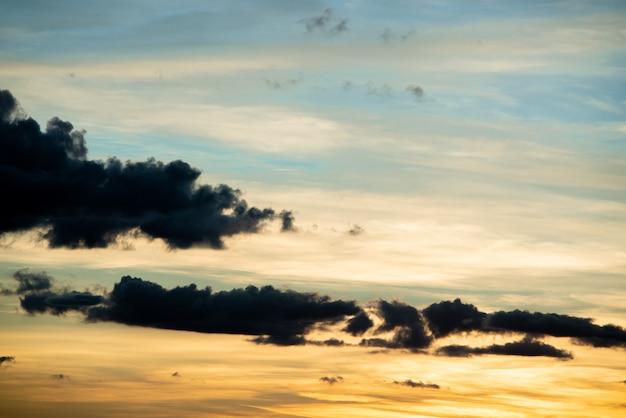 Natuurlijke zonsondergang zonsopgang boven veld of weide. heldere dramatische hemel en donkere grond. Gratis Foto