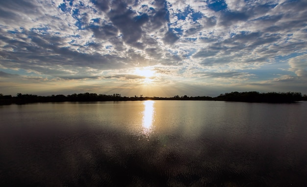 Natuurlijke zonsondergang zonsopgang. heldere dramatische lucht en donkere grond. platteland Premium Foto