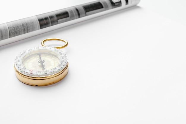 Nautisch kompas en lege tijdschriftpagina's met exemplaarruimte Premium Foto