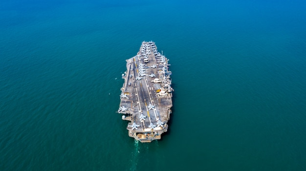 Navy nuclear aircraft carrier, military navy ship carrier volledig laden straaljager, luchtfoto. Premium Foto
