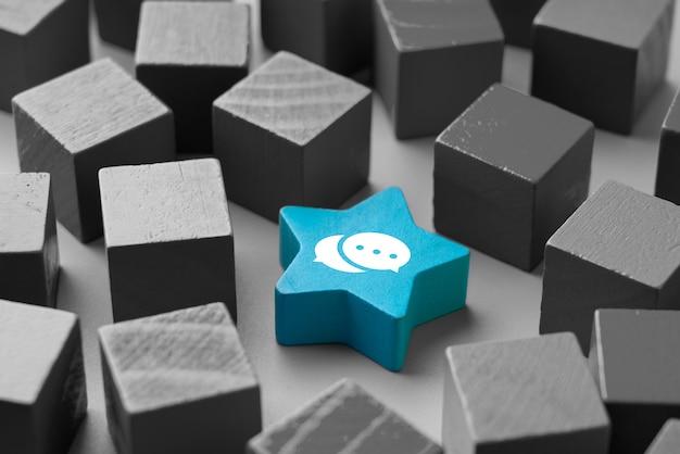 Neem contact met ons op pictogram op kleurrijke puzzel met de hand Premium Foto