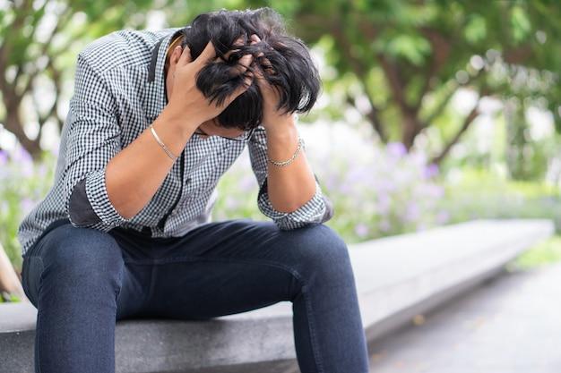 Negatieve emotie gezichtsuitdrukking gevoelens. aziatische zakenman in depressie met hands-on voorhoofd vanwege werkproblemen benadrukt Premium Foto