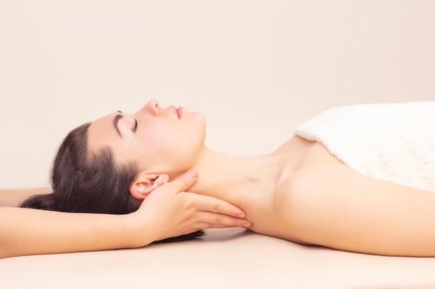 Nekmassage in een spa salon voor een meisje. concept gezondheidsmassage. Premium Foto