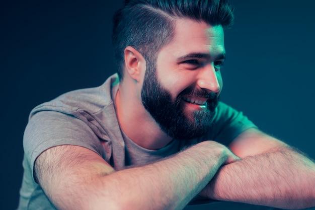 Neonportret van een jonge aantrekkelijke man Gratis Foto