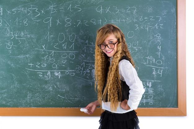 Nerd leerling blond meisje in groen raadsschoolmeisje Premium Foto
