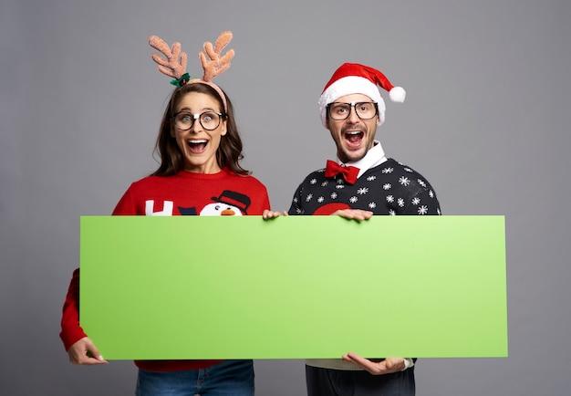 Nerd paar greenscreen kerst banner met kopie ruimte te houden Gratis Foto