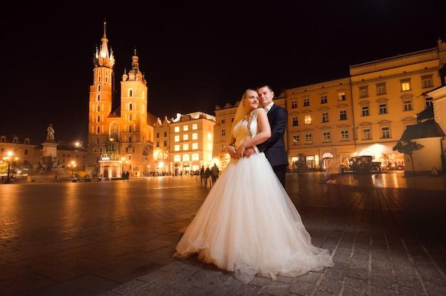 Net getrouwd paar nacht stadswandeling Gratis Foto
