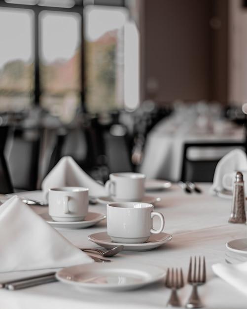 Nette tafels in een leuk, leeg en schoon restaurant Gratis Foto
