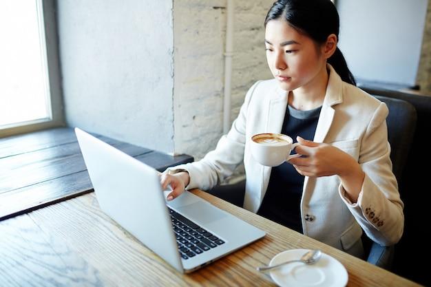 Netwerken met een kopje koffie Gratis Foto