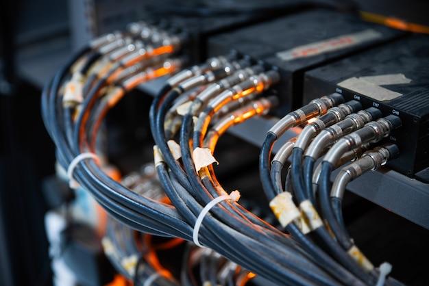 Netwerkkabels aangesloten in netwerkswitches Premium Foto