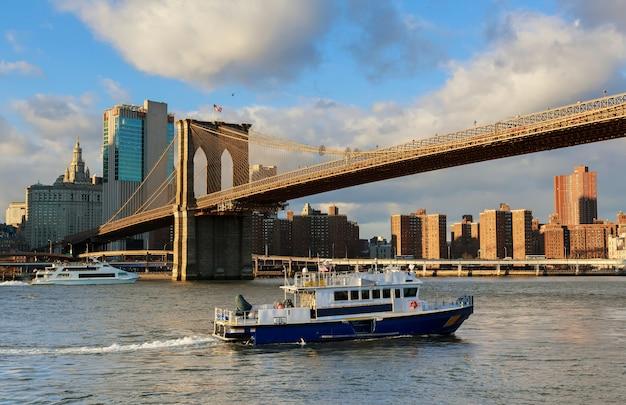 New york city, brooklyn bridge en de skyline van manhattan Premium Foto