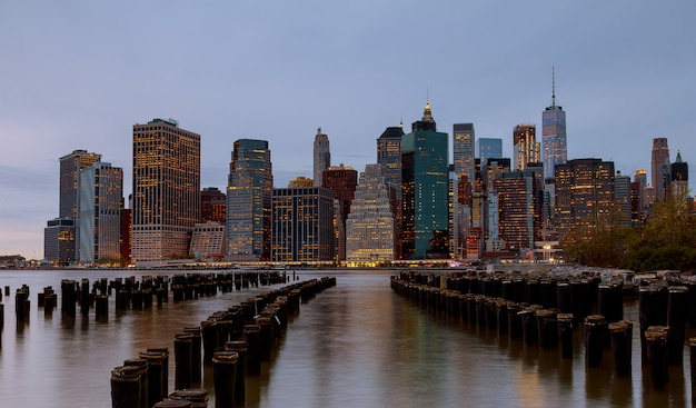 New york city manhattan skyline avond genomen Premium Foto