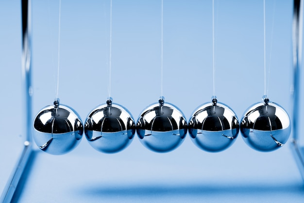 Newtons-wieg in evenwicht brengende ballen, bedrijfsconcept Premium Foto