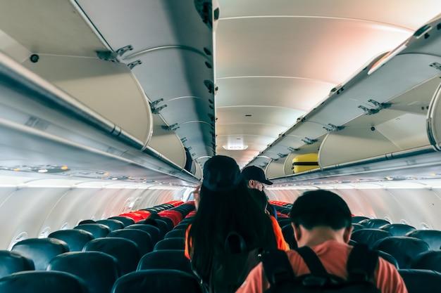 Niet-gespecificeerde passagiers liepen het vliegtuig uit na het bord met de uitgang Premium Foto