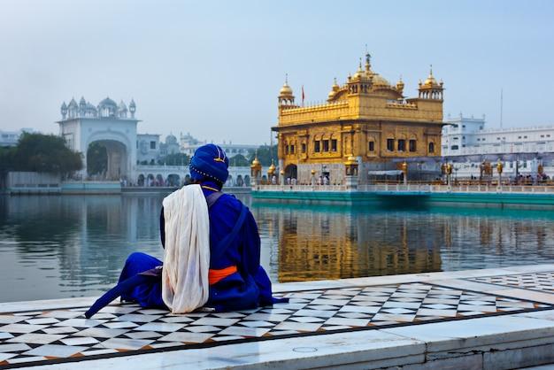 Niet-identificeerbare seekh nihang-krijger die mediteert bij de sikh-tempel ha Premium Foto
