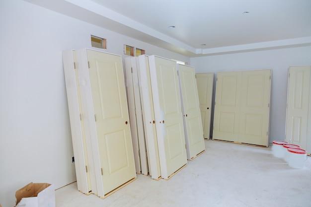 Nieuw huis de installatiedeuren Premium Foto