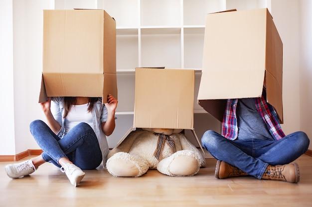 Nieuw huis. het grappige jonge paar geniet van en viert het bewegen zich naar nieuw huis. gelukkig paar bij lege ruimte van nieuw huis Premium Foto