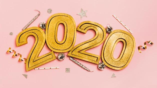 Nieuw jaar 2020 met kerstmis en oudejaarsavondornamenten Gratis Foto