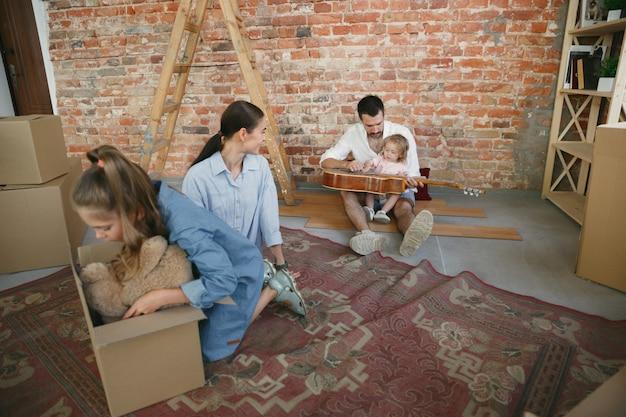 Nieuw leven. volwassen gezin verhuisde naar een nieuw huis of appartement. Gratis Foto