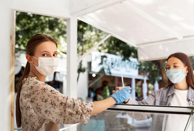 Nieuw normaal bij de coffeeshop met gezichtsmasker Gratis Foto