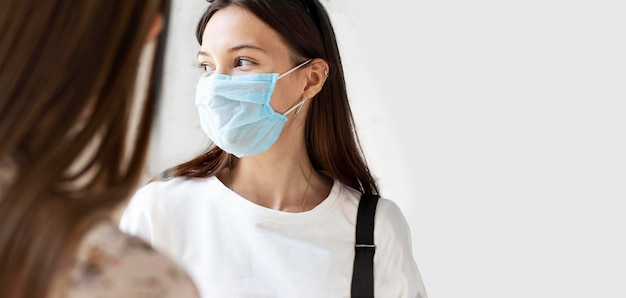 Nieuw normaal met gezichtsmasker en sociale afstand Gratis Foto