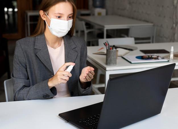 Nieuw normaal op kantoor met gezichtsmasker Gratis Foto