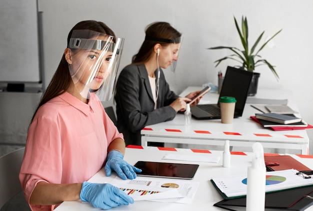 Nieuw normaal op kantoor voor bedrijfsmedewerkers Premium Foto