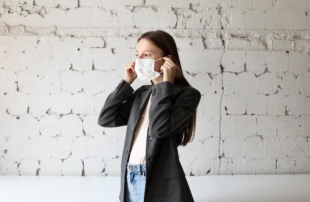 Nieuw normaal voor bedrijfsmedewerker met gezichtsmasker Premium Foto