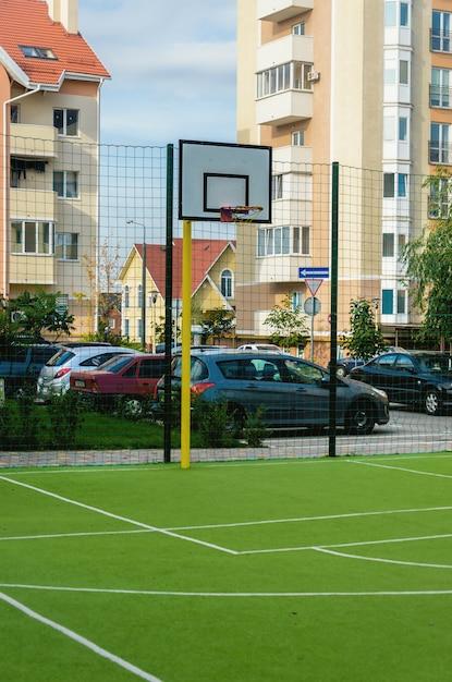 Nieuw sportveld met een bassetolring en kunstmatige groenbedekking in een nieuw zomercomplex Premium Foto