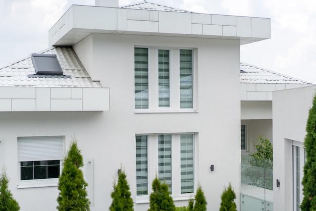 Nieuw wit mooi modern huis Premium Foto