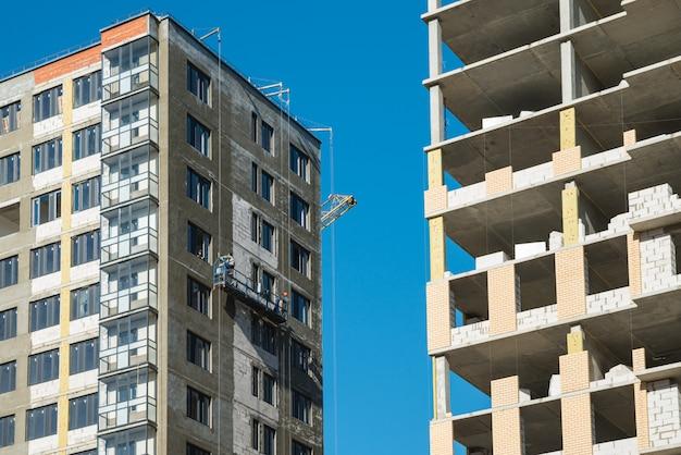 Nieuwbouwwoningen met onafgemaakte bouwwerken. bouw en ontwikkel concept Premium Foto
