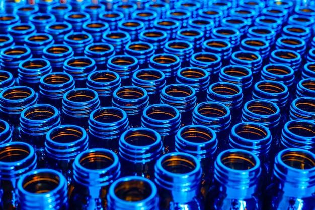 Nieuwe blauwe containers voor lege geneesmiddelen, chemisch farmaceutisch industrieconcept. Premium Foto
